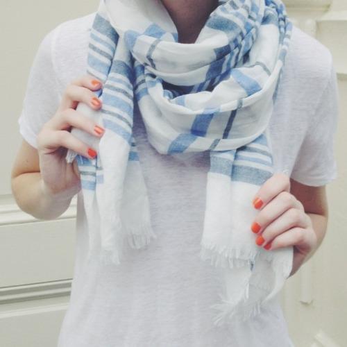 шарф, футболка, летний минималистчиный гардероб