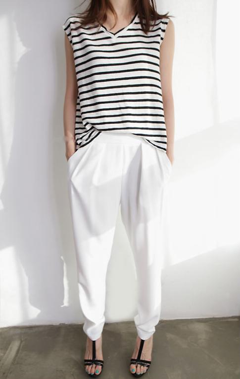 летний базовый гардероб, белые брюки, топ в полоску