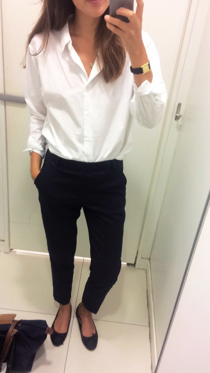 Парижский базовый гардероб. Белая рубашка и узкие брюки.