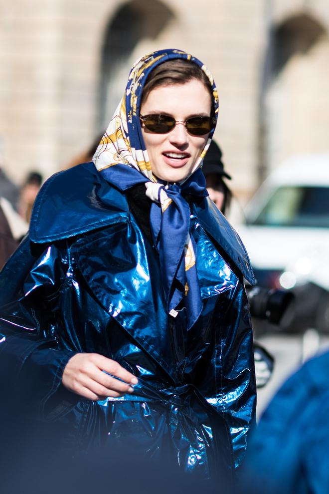 Как носить шелковый платок с принтом.